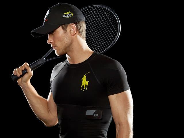 Ein Tennisspieler trägt ein schwarzes Ralph Lauren Fitness-Shirt.