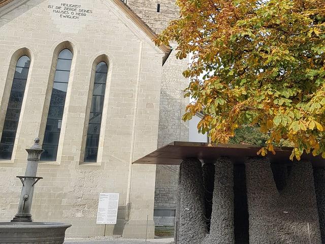 Der Pavillon, der an Stonehenge erinnert. Im Hintergrund die Stadtkirche Winterthur.