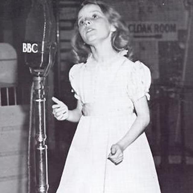 Petula Clark im süssen weissen Kleichen und blondgelockten Haaren. Damals war sie ca 12 Jahre alt.
