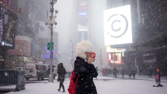 Ina passanta sin il Times Square a New York.
