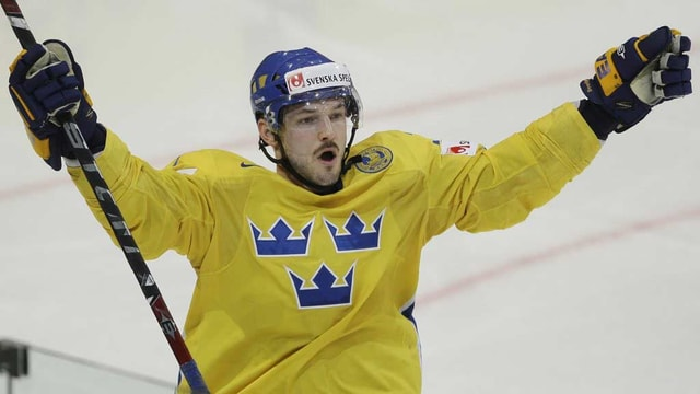 Eishockeyspieler Niklas Persson jubelt nach einem Tor auf dem Spielfeld.