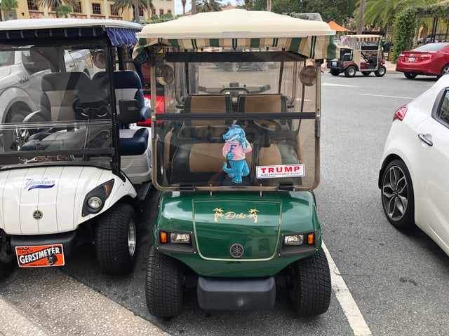 Ein grüner Golfcart mit Trump-Aufkleber