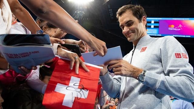 Federer da autograms.