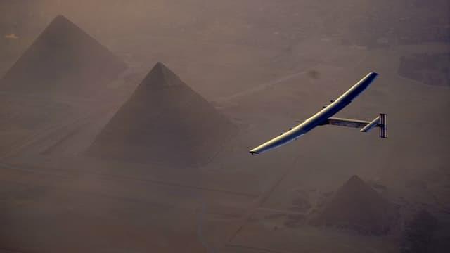 Die «Solar Impulse 2» von oben gesehen, wie sie über die Pyramiden von Gizeh fliegt.