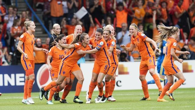 Niederländische Spielerinnen bejubeln einen Treffer im EM-Viertelfinal.