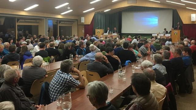 170 Leute sitzen im fast vollen Gemeindesaal.