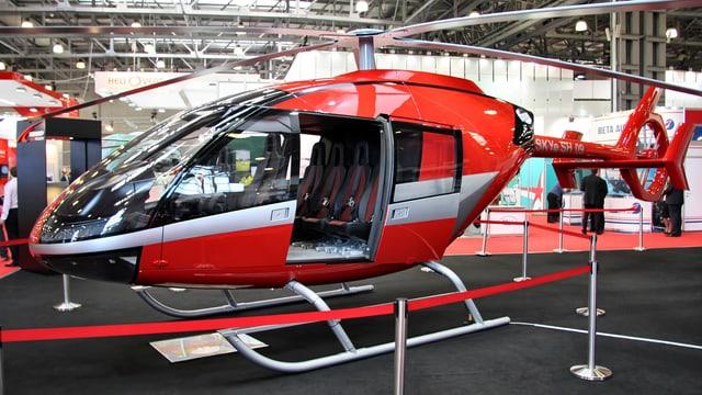 Der neue Helikopter von der Seite: rot und silbern.