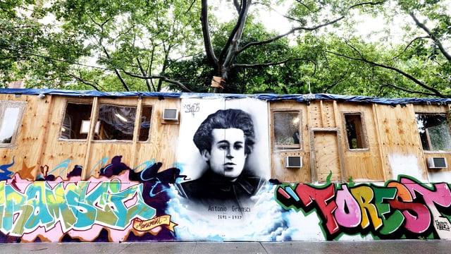 Ein Porträt des Revolutionären Antonio Gramsci mit Graffitis in New York.