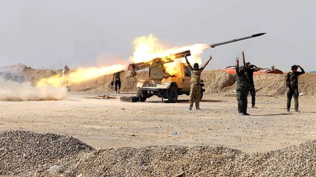 Schiitische Rebellenmiliz feuert eine Kurzstreckenrakete auf Stellungen des IS.