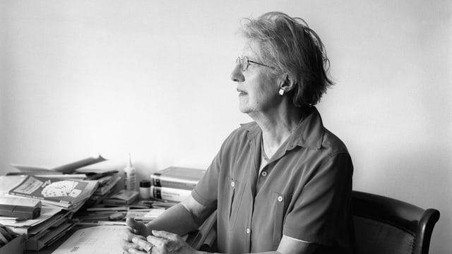 Schwarzweissbild einer Frau an einem Schreibtisch