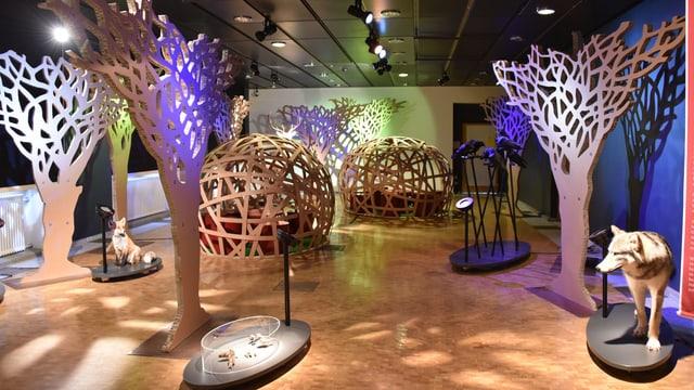 Raum mit Parkettboden und vielen Bäumen aus Holz angefertigt