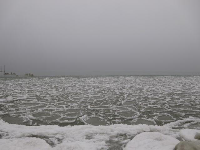 Eisschollen mit Rändern auf See.
