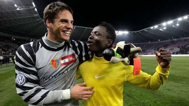 FCB-Goalie Yann Sommer umarmt seinen Mitspieler Samuel Inkoom