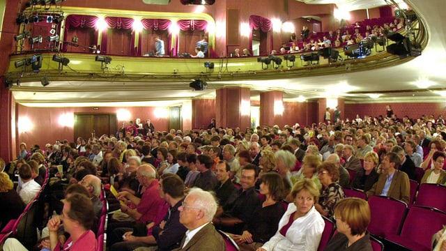 Blick in den praktisch voll belegten Saal des Zürcher Schauspielhauses vor einer Aufführung.