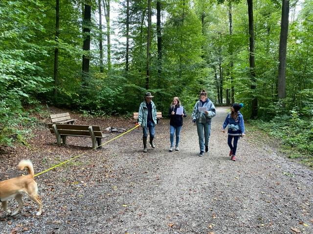 Ferdinand, Anna, Dania und Lily sind auf dem Weg in den Wald.