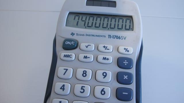 Taschenrechner mit der Zahl 74'000'000 im Display