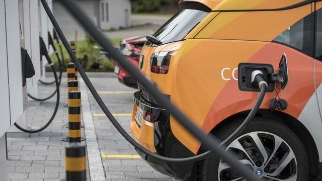 Purtret d'in auto electric ch'è vid tancar vid ina staziun.