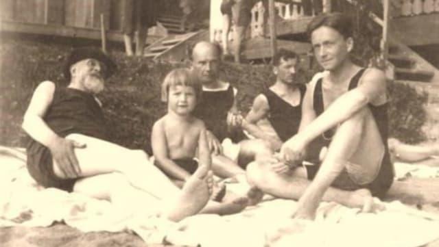 Historisches Bild, das den Schweizer Schriftsteller Carl Spitteler und dessen Familie in einem Freibad zeigt.