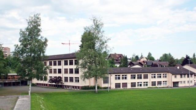 Blick auf ein Schulhaus.