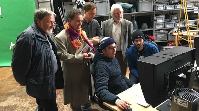 Die Beteiligten des Projekts schauen sich mit Beat Toniolo erste Filmausschnitte an.