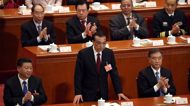 Li Keqiang steht nach der Wahl auf.