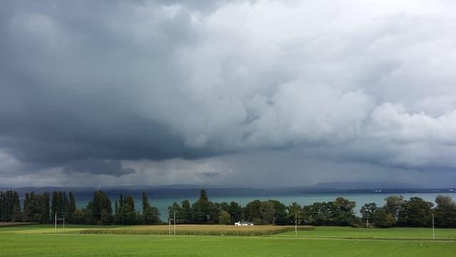 Dicke Wolken zogen am Freitag über den Bodensee bei Güttingen/TG.