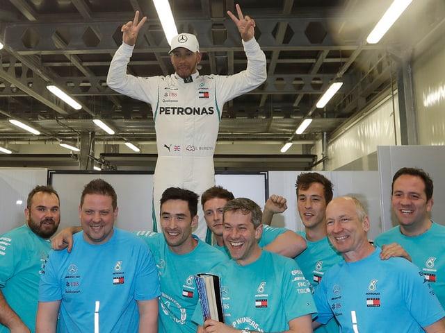 Lewis Hamilton lässt sich von seinem Team als Sieger feiern.