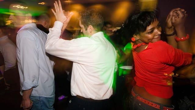 Partyvolk tanzt in einem Club