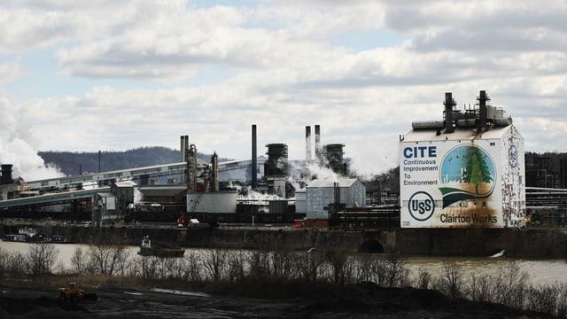Blick auf eine Stahlfabrik in den USA