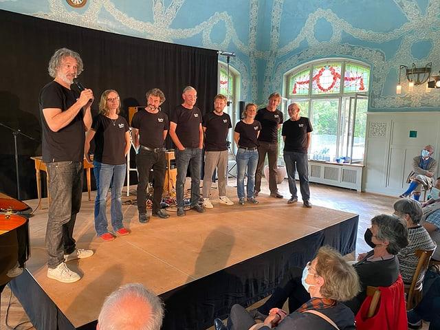 Il president Gian Rupf (sanester) preschenta il nov comité d'organisaziun dal Bergfahrt Festival.
