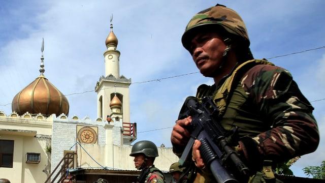 Soldaten, im Hintergrund die Moschee von Marawi.