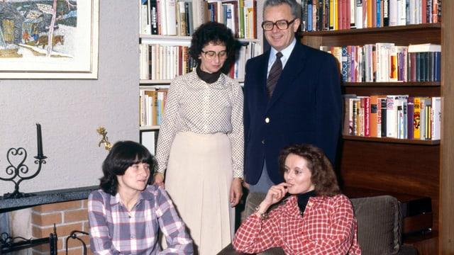 Familienbild vor Cheminée.