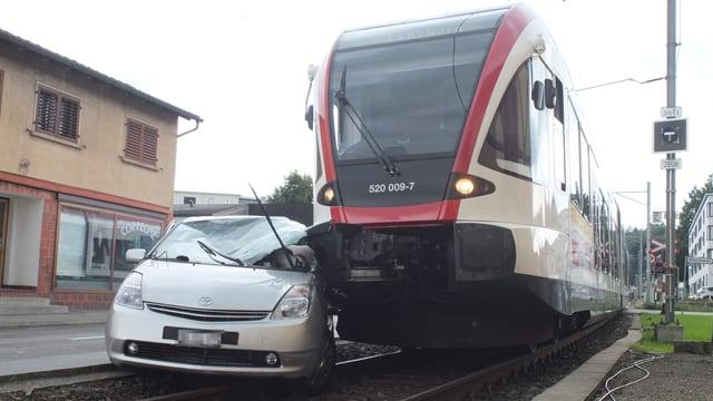 Zerdrücktes Auto neben Eisenbahn