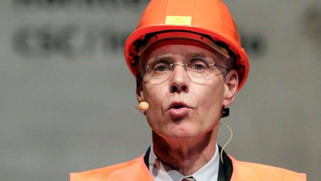Altbundesrat Moritz Leuenberger mit Bauhelm beim Durchschlag im neuen Gotthard Basistunnel