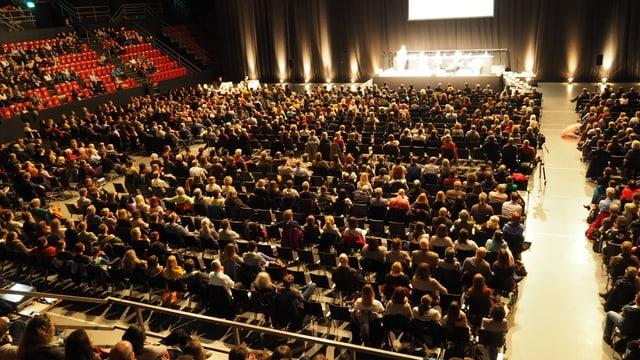 Saal mit sitzenden Menschen