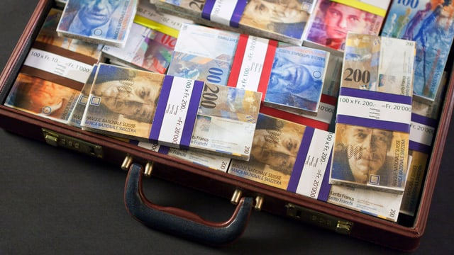 Symbolbild: Ein Koffer voller Bündel mit Schweizer Banknoten.