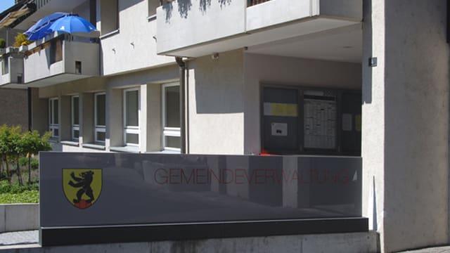 Gemeindeverwaltung von aussen mit Schild