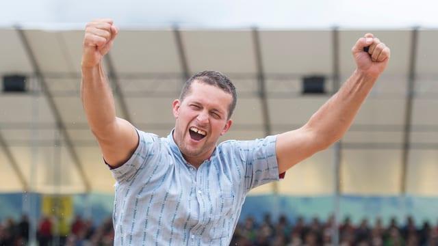 Marcel Mathis aus Büren (NW) jubelt über seinen Sieg am Innerschweizer Schwingfest