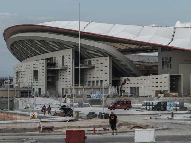 Letzte Bauarbeiten an der Fassade des Stadions.