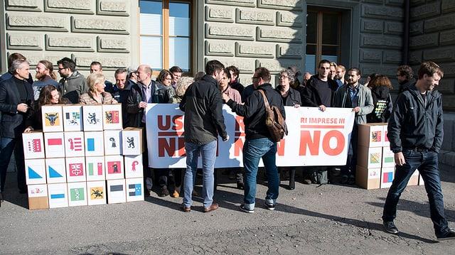 Persunas dal comité da referendum «Na a la RIE 3» inoltreschan il referendum a Berna.