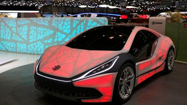 Ein Auto am Autosalon mit besonderen Lichteffekten.