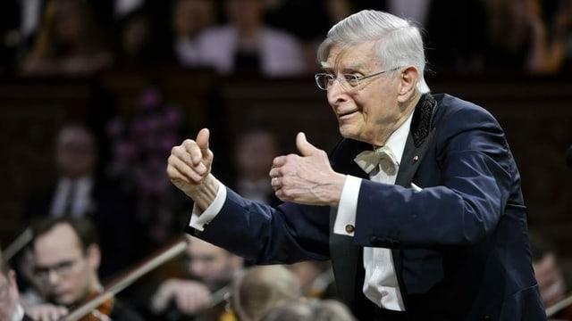 Ein Dirigent vor einem Orchester.