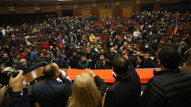 Die Proteste gegen ein Ende des Krieges in Berg-Karabach zogen sich bis ins armenische Parlament in Eriwan hinein.