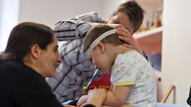Ein Kind mit Mutter bei einer Untersuchung