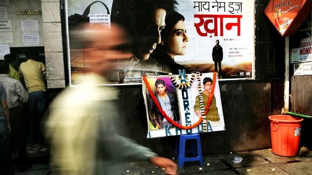 Strassenszene in Kalkuta: ein Plakat des Bollywoodfilms «My Name is Khan».