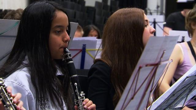 Mädchen spielt in einem Orchester