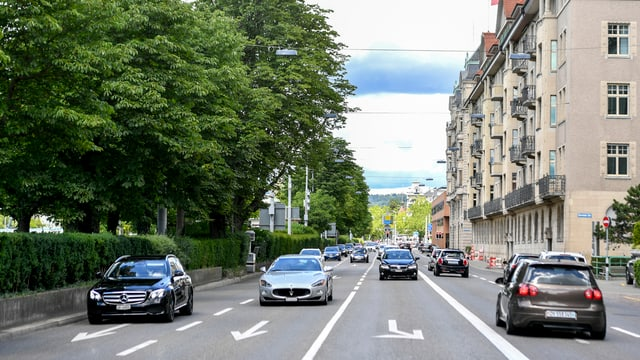 Die Bellerivestrasse mit Blick Stadteinwärts Richtung Bellevue, auf diesem Abschnitt mit 5 Autofahrspuren, wovon eine eine Linksabbiegespur ist.