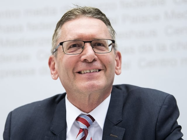 Politiker mit Krawatte und Brille
