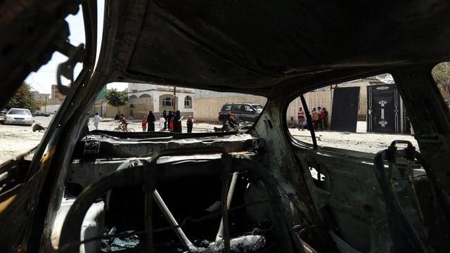 Blick aus einem Autowrack in dem zuvor eine Autobombe mitte in Sanaa gezündet wurde.