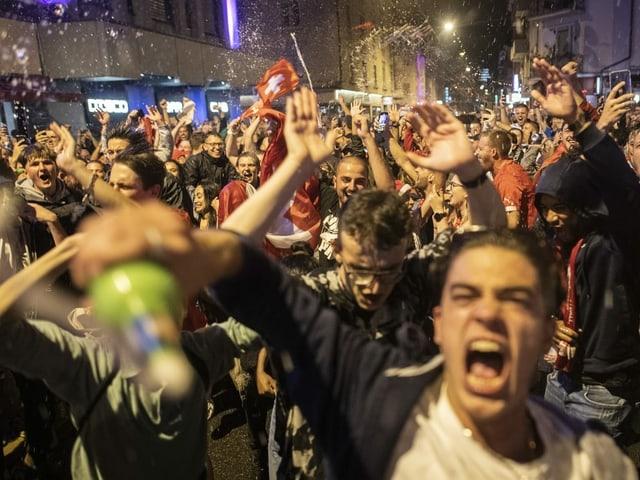 Feiernde Fans auf der Strasse.